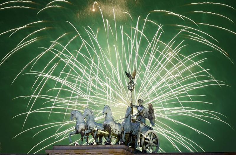 13) Огни над вершиной Квадриги у Бранденбургских ворот. (REUTERS/Thomas Peter)