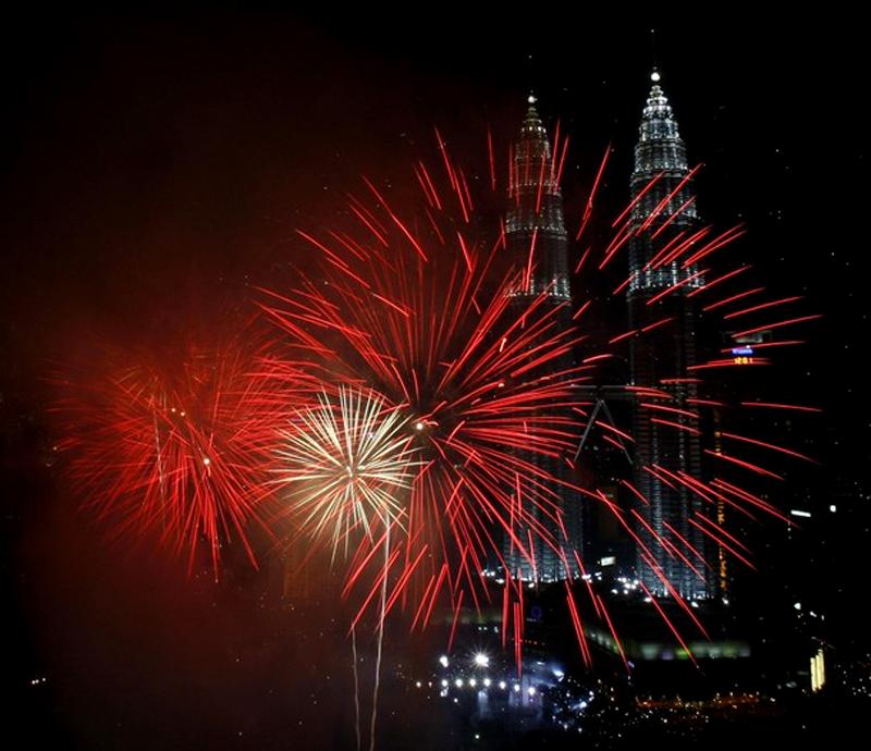 5) Фейерверки на дисплее рядом с Petronas Twin Towers в период новогодних торжеств в Куала-Лумпуре. (REUTERS/Bazuki Muhammad)