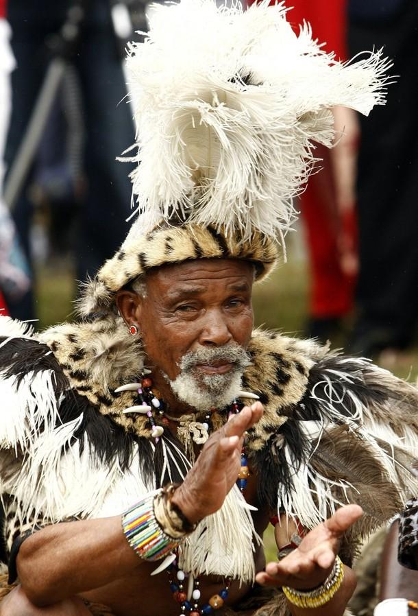 9) На снимке - один из старейшин рода жениха, которым представляют невесту во время церемонии.