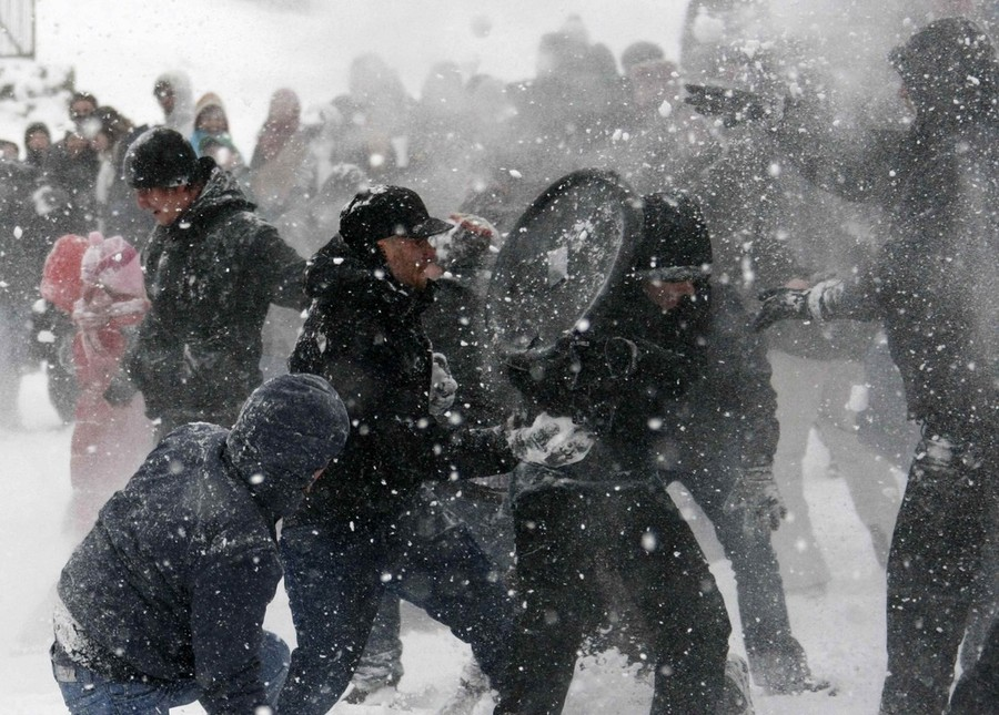 """7) Изначально флэш-моб не был предусмотрен, как политическая или PR-акция — все участники, как правило, незнакомые люди, которые не состоят в каких-либо группировках. Однако, первый флэш-моб на Алтае был организован политической партией. На центральной площади собрались 50 Дедов Морозов, """"чтобы отпраздновать Новый Правый Год"""" (это была акция СПС). Необычный сценарий политического флэш-моба был найден на одном белорусском сайте: """"Пятнадцать членов революционной группы переодеваются в """"каторжников"""" и надевают серые пальто. С помощью SМS они назначают встречу на главной улице столицы в момент, когда там столпотворение. В назначенный час они снимают пальто и становятся похожими на каторжников. Они выкрикивают по несколько раз: """"Я голосую за Х!""""; Х, разумеется, является местным политиком, которого нужно дискредитировать. Затем манифестанты надевают пальто и быстро расходятся"""". (Reuters)"""