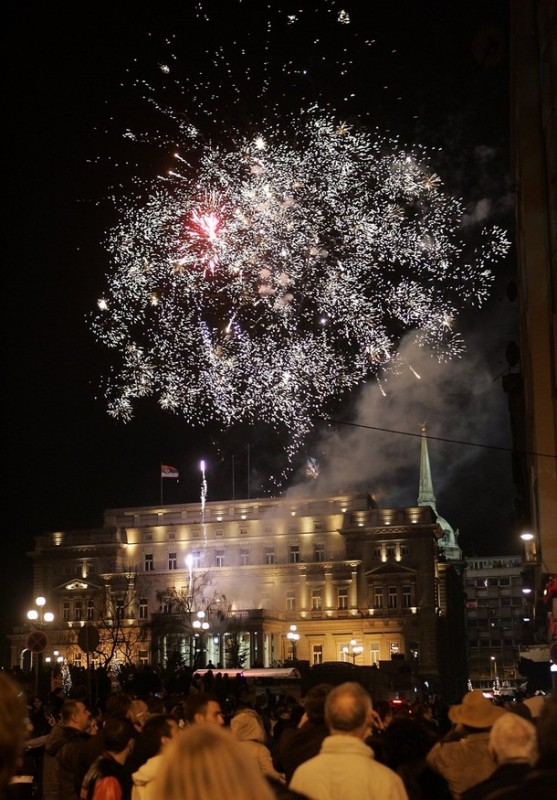 16) Фейерверки над мэрией Белграда, Сербия. (REUTERS/Ivan Milutinovic)