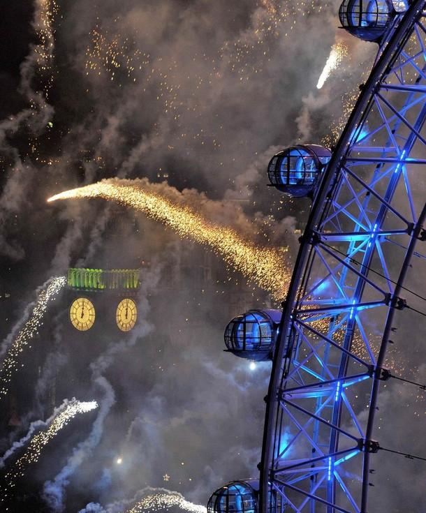 17) Лондонский Глаз и палата Парламента охвачены фейерверками на реке Темзе. ( REUTERS/Toby Melville)