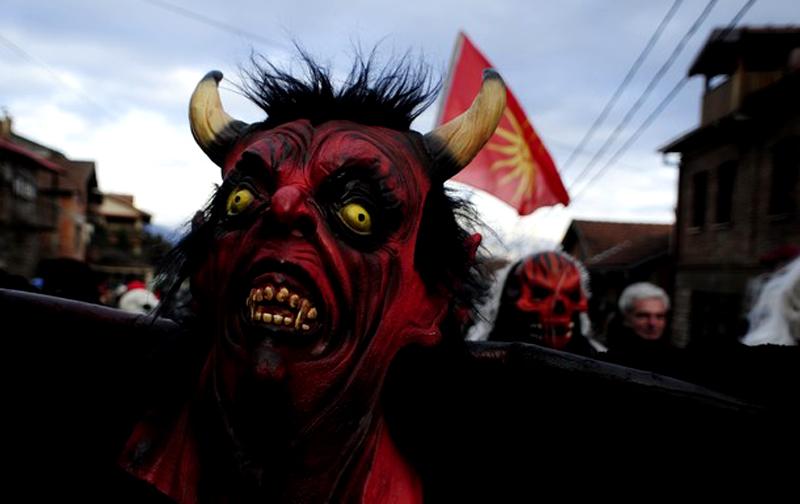 5) Вот уже 1 400 лет жители македонской деревни Вевкани ежегодно надевают маски и выходят на улицы, чтобы поучаствовать в карнавале, как и их предки. (REUTERS/Ognen Teofilovski)