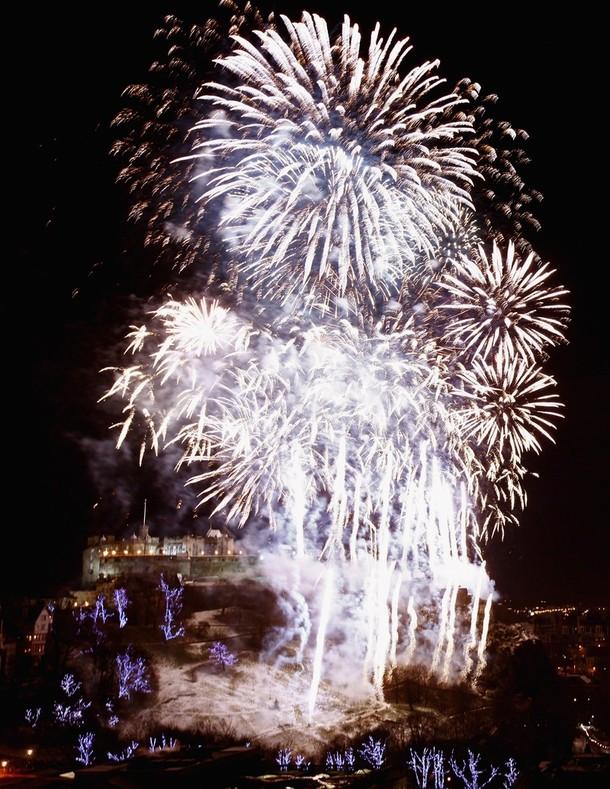 18) Фейерверк над Эдинбургским замком в Эдинбурге, Шотландия. (Jeff J Mitchell/Getty Images)