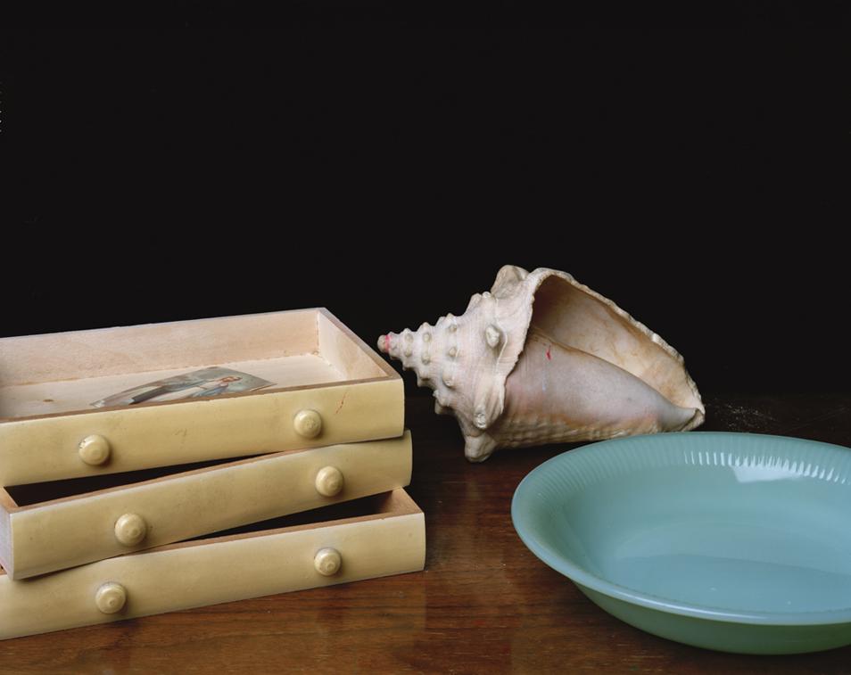 5) Натюрморт с ящиками, тарелкой и ракушкой. (© Justine Reyes)