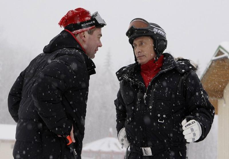 5) Президент России Дмитрий Медведев и премьер министр Владимир Путин на горнолыжном курорте Красная поляна пообщались с приехавшими отдохнуть сюда детьми. (REUTERS/RIA Novosti/Kremlin/Dmitry Astakhov)