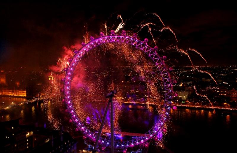 19) Тысячи людей стояли вдоль берегов реки Темзы, чтобы наблюдать впечатляющий новогодний фейерверк. (Peter Macdiarmid/Getty Images)