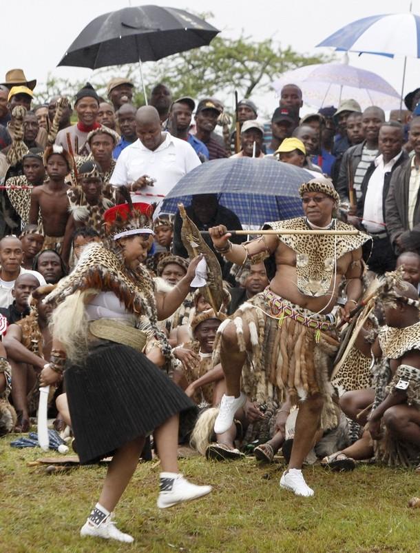 1) В родной деревне 67-летнего главы государства - Нкандле в провинции Квазулу-Наталь - состоялась церемония, завершившая двухлетний процесс бракосочетания. На снимке - президент танцует со своей избранницей.