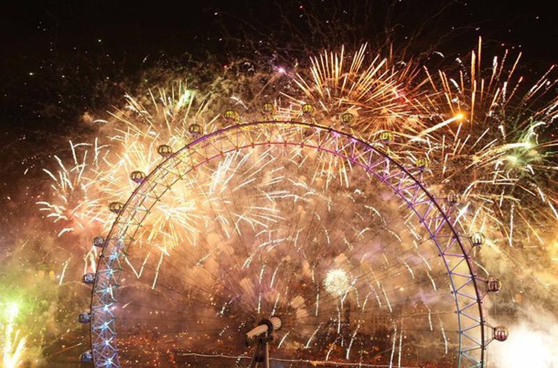 20) Лондонский глаз загорелся в праздничных огнях фейерверка. (Peter Macdiarmid/Getty Images)