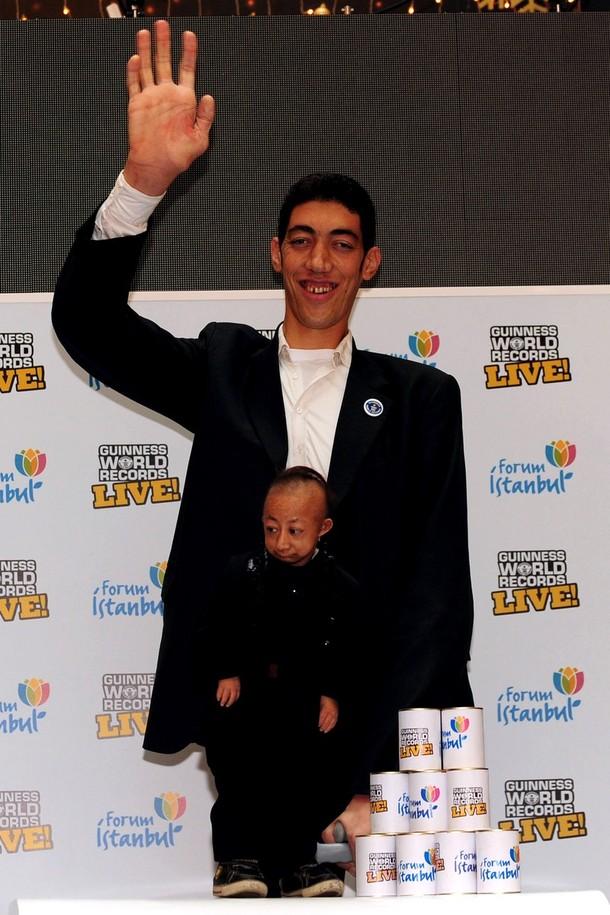 9) He Pingping был признан самым маленьким человеком в мире в марте 2009 года. (Burak Kara/Getty Images)