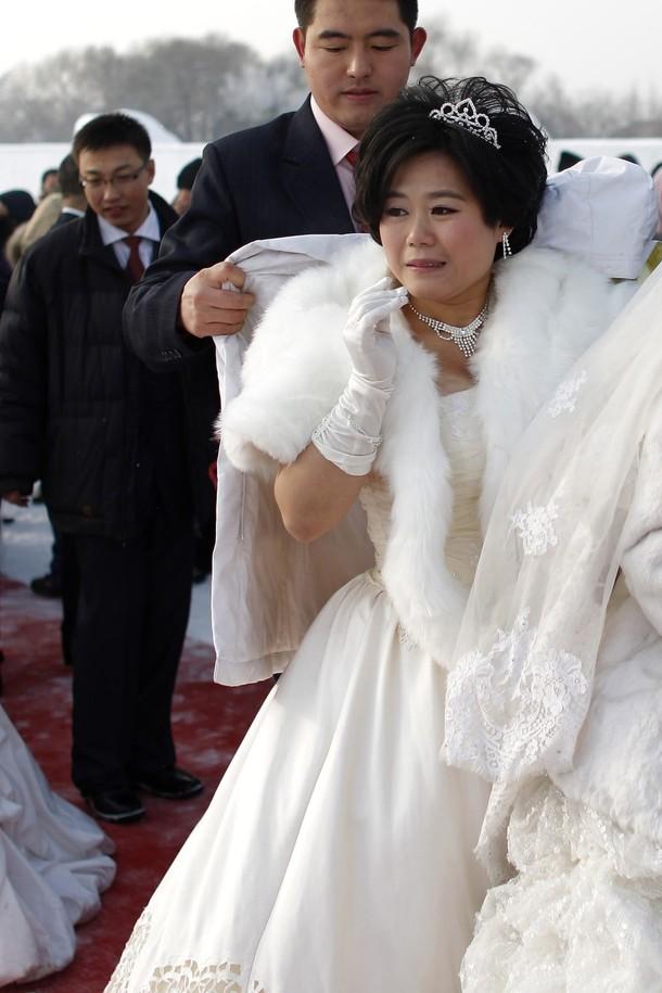 6) Самое начало церемонии групповой свадьбы во время 26-го Фестиваля снега и льда в Харбине. (REUTERS/Aly Song)
