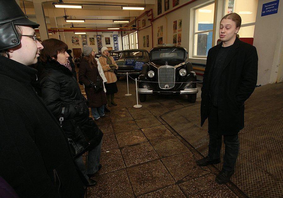 """6) Через некоторое время к нам пришел наш экскурсовод Егор, открыл ближайший ангар и мы оказались в музее автомобилей, которые стоят """"на вооружении"""" Мосфильма, участвуют в съемках. Надо сказать, что все машины - на ходу, в отличном техническом состоянии, несмотря на то, что некоторые из них были найдены буквально на помойке."""