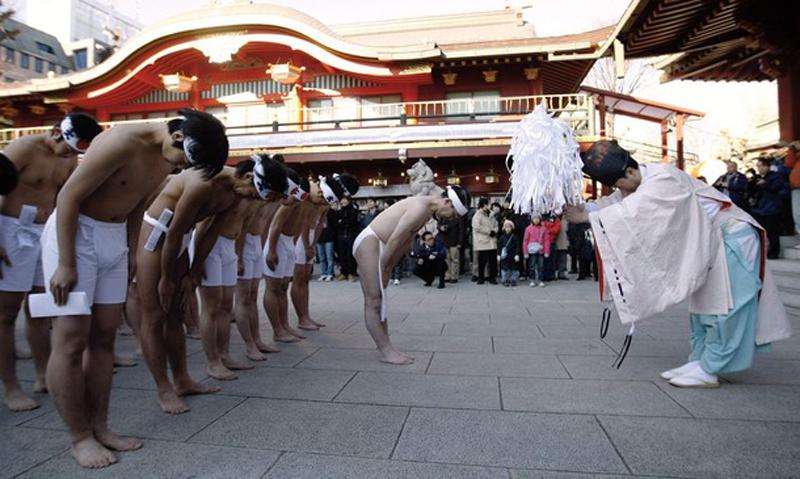 2) Для осуществления ритуала десятки верующих собрались в центре Токио. (REUTERS/Kim Kyung-Hoon)