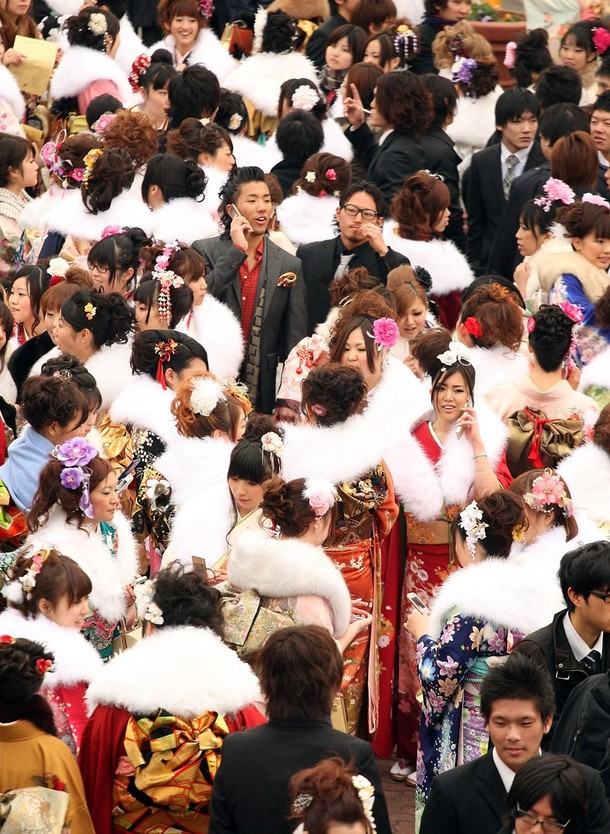 15) Юноши в этот день облачаются в европейский костюм, либо в традиционное мужское кимоно и жакет хаори. (Koichi Kamoshida/Getty Images)