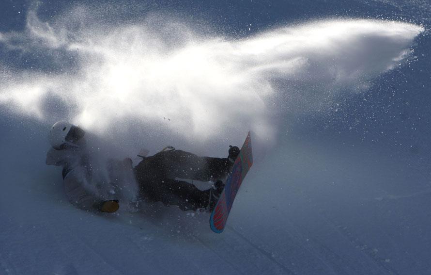 1. Участник Гран-при по сноуборду 2010 падает во время спуска с горы вольным стилем на горнолыжном курорте в Маммот Лэйкс, штат Калифорния. (Photo by Jed Jacobsohn/Getty Images)
