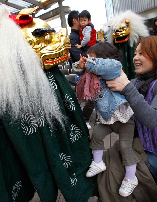 8) Ребенок испугался при виде танцора, исполняющего традиционный танец льва в Токио. (AP Photo/Shizuo Kambayashi)