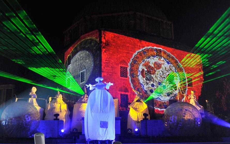 3. Огромные марионетки на главной площади Пекса в Венгрии во время празднования того, что этот город на юге Венгрии стал одной из трех культурных столиц Европы в 2010 году. (AP Photo/Bela Szandelszky)