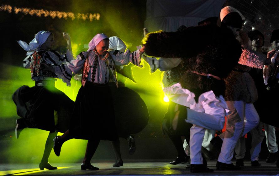 4. Актеры танцуют на главной площади Пекса во время празднования в честь получения титула одной из культурных столиц Европы в 2010 году. (AP Photo/Bela Szandelszky)