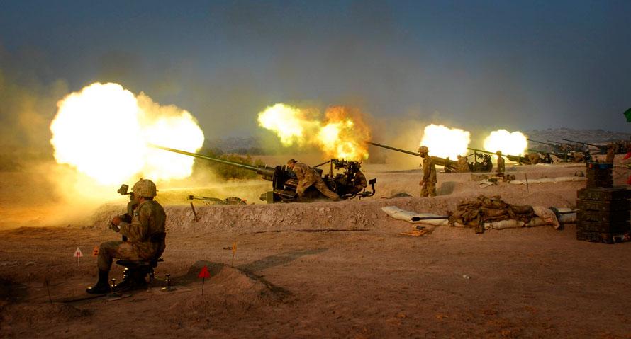 4. Солдаты пакистанской армии участвуют в полевых учениях в Муххафаргархе недалеко от Мултана. Пакистанская армия, как и другие службы безопасности, вовлечена в борьбу с боевиками организаций «Талибан» и «Аль-Кайда» в Пакистанской местности вдоль границы с Афганистаном. (AP Photo / Khalid Tanveer)