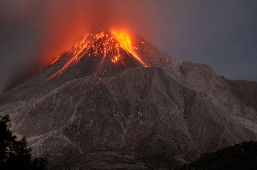 4. Вулкан Соуфриере Хиллс извергается на Карибском острове Монсеррат. (AP Photo/Wayne Fenton)