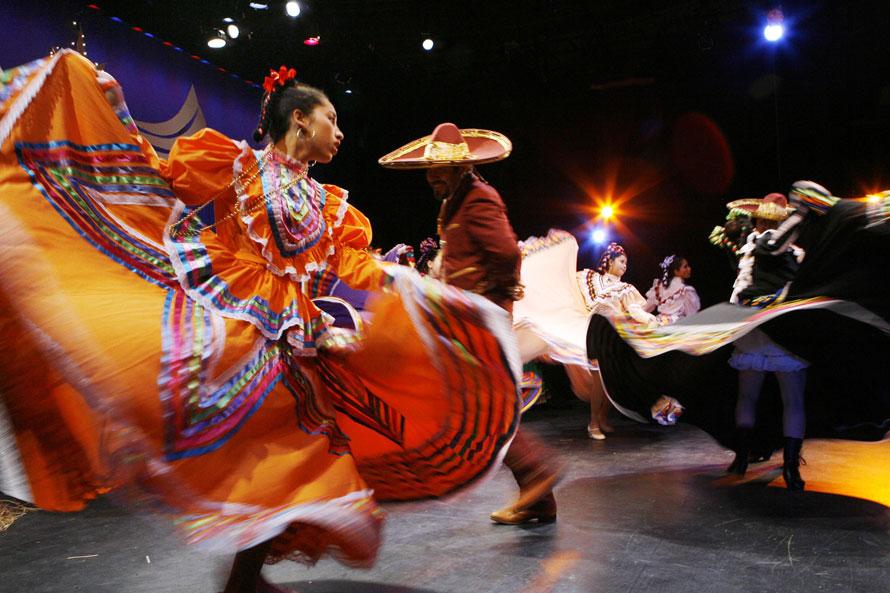11) Танцовщицы исполняют традиционные мексиканские танцы перед празднованием Дня Трех Королей на сцене Гала-латиноамериканского театра в Вашингтоне. День трех королей или День Богоявления отмечается во многих странах мира 6-го января в честь того дня по христианскому календарю, когда волхвы принесли дары младенцу Иисусу. (AP Photo/Jose Luis Magana)
