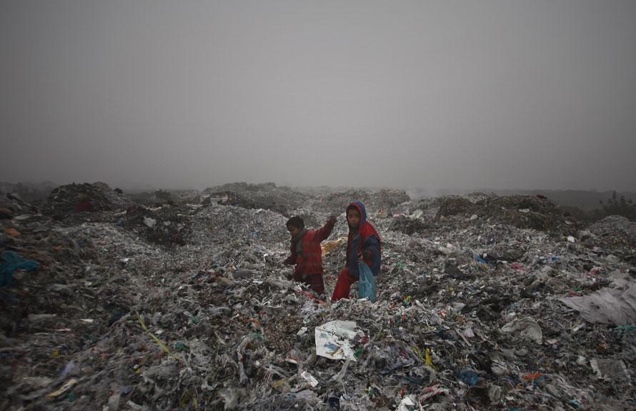 6. Дети работают мусорщиками на свалке, охваченной густым туманом, холодным утром на окраине Амритсара, Индия. Морозы и туман продолжают царствовать в северной части Индии. (AP Photo/Altaf Qadri)