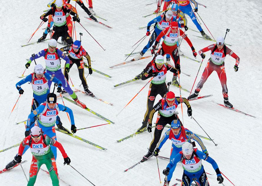 7. Спортсменки во время массового старта на соревнованиях Кубка мира на дистанции 12,5 км биатлону в Оберхофе, Германия. (AP Photo/Jens Meyer)
