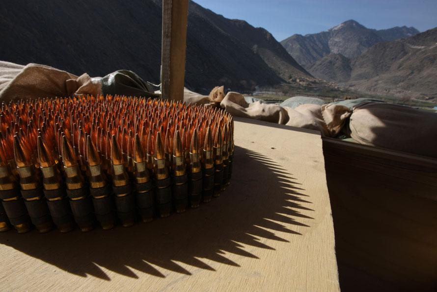 7. Пули стоят на столе на крыше передовой оперативной базы в долине Пех, провинция Кунар, северо-восточный Афганистан. (AP Photo/Brennan Linsley)