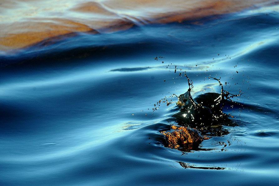 7. Нефть разбивается о камень в промывочном канале Сабин Нечес в Порт Арту, штат Техас. (AP Photo/Guiseppe Barranco, The Beaumont Enterprise)