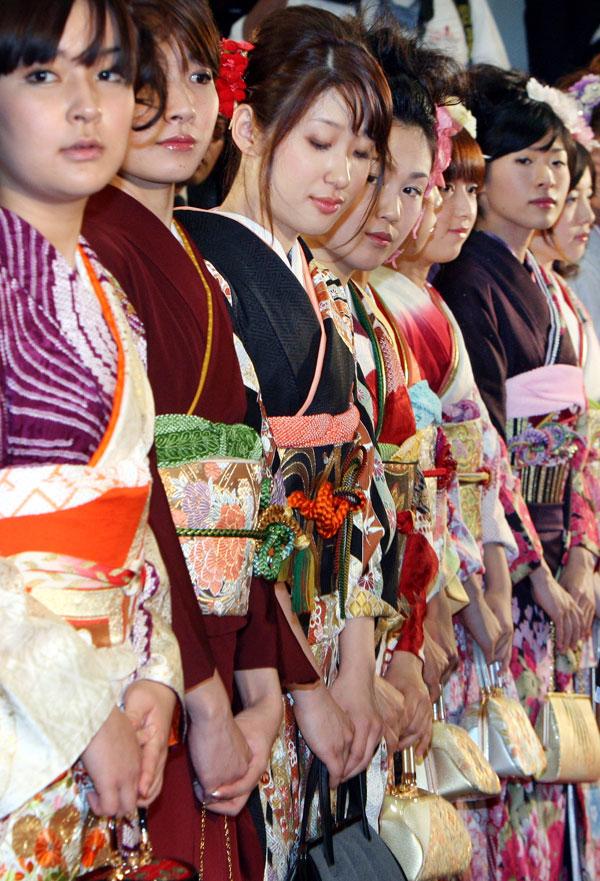 3) Девушки в кимоно участвуют в церемонии открытия первого торгового на бирже в этом году. (AP Photo/Koji Sasahara)