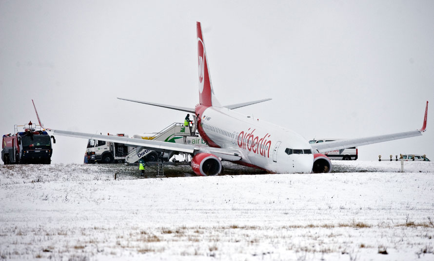 4) Самолет, принадлежащий немецкой авиакомпании Air Berlin, направлялся на Канарские острова в Испании, но сошел с взлетно-посадочной полосы в аэропорту Дортмунда. Как заявили власти, в инциденте никто не пострадал. (AP Photo/Martin Meissner)