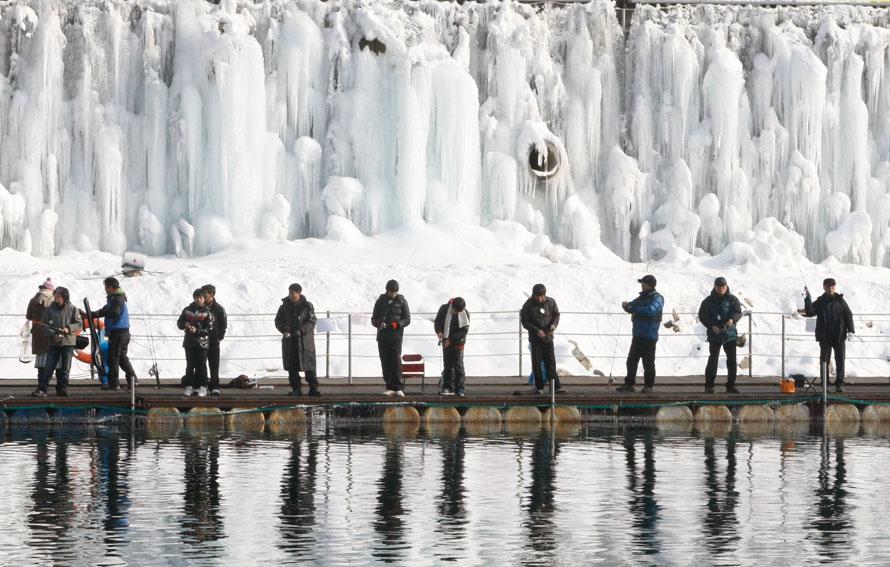 9. Южнокорейские рыбаки ловят рыбу на реке во время соревнования по ловле форели в уезде Хвачхон. (AP Photo/Ahn Young-joon)