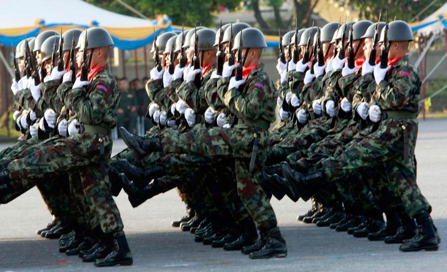 12. Тайские солдаты маршируют на параде в честь Дня вооруженных сил на военной базе в Бангкоке. (AP Photo/Apichart Weerawong)