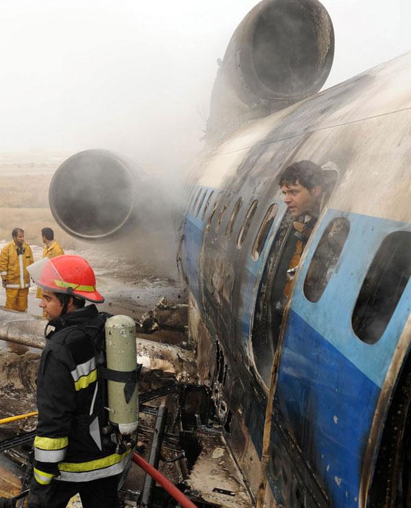12. Иранские пожарные работают над сгоревшим пассажирским самолетом, рухнувшем в аэропорту Машхад к северо-востоку от Ирана. Пассажирский самолет «Туполев» с 157 пассажирами и 13 членами экипажа на борту упал в северо-восточном Иране, в результате чего пострадало, по крайней мере, 46 человек. (AP Photo/Mehdi Ghorbani)