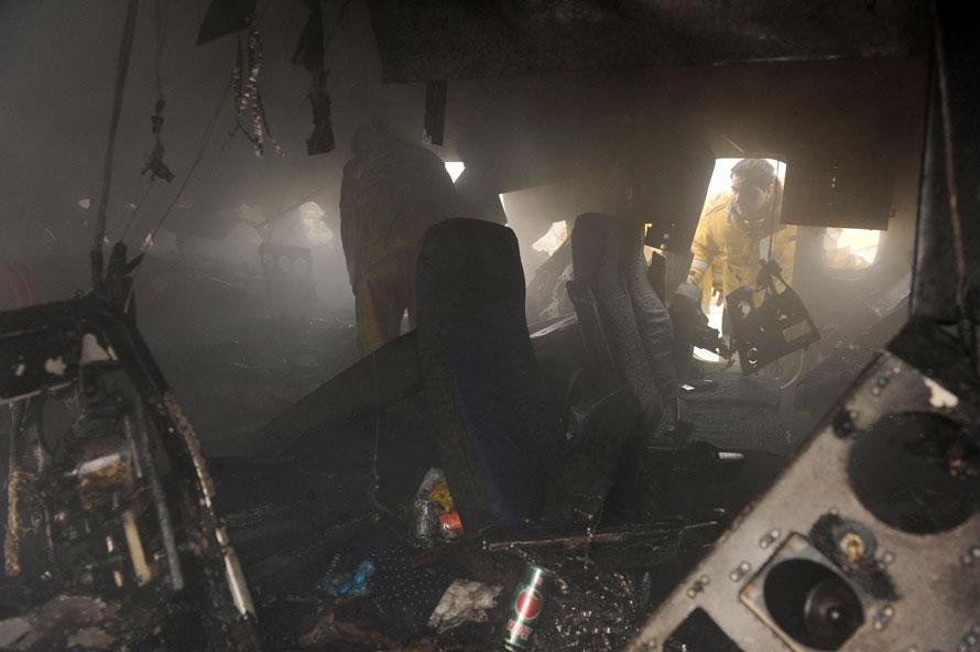 13. Иранские пожарные проверяют обломки сделанного в России иранского пассажирского самолета после его крушения в аэропорту Машхад. (AP Photo/Mehdi Ghorbani)