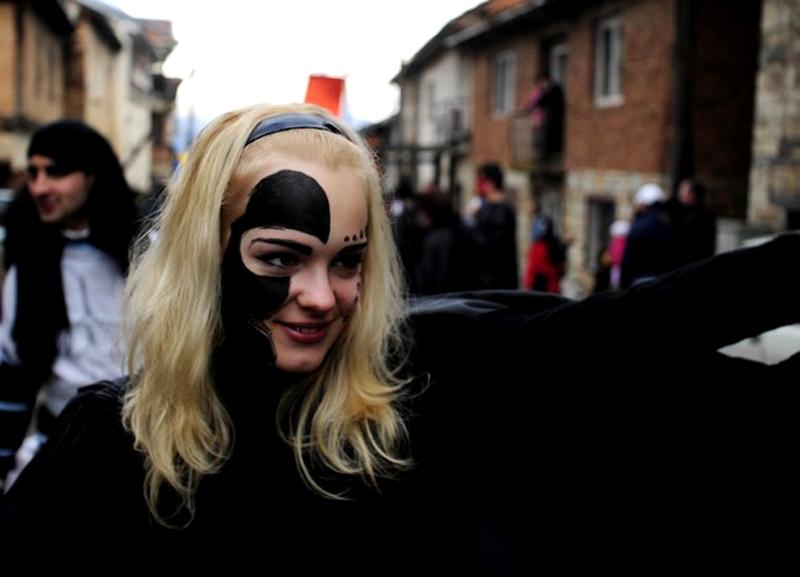 7) Каждый карнавал имеет новую тему и каждый раз люди готовят новые костюмы и маски. (REUTERS/Ognen Teofilovski)