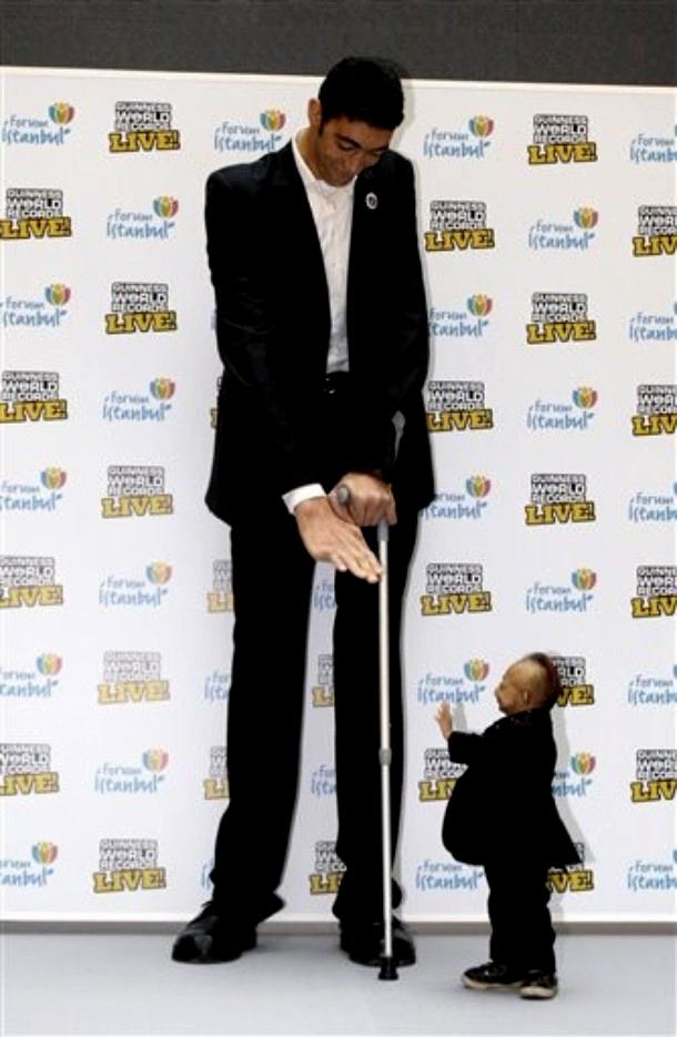 """6) Kösen сказал: """"Я хотел встретиться c Pingping c тех пор как я получил звание """"Самый высокий человек"""" и я очень счастлив, что он приехал в Турцию, чтобы мы могли принять участие в праздновании начала шоу Guinness World Records на Форуме в Стамбуле"""". (AP/Ibrahim Usta)"""