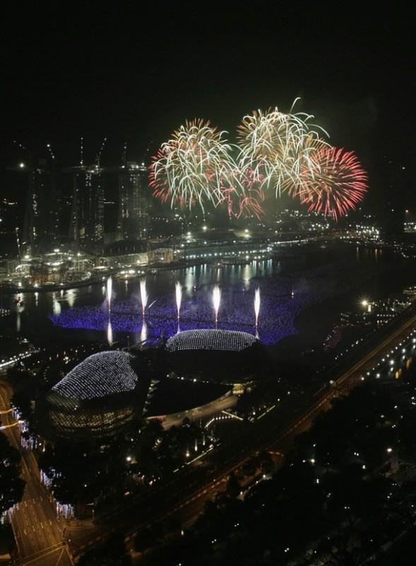 7) Фейерверки взрываются над Марина Бэй (Marina Bay) и Эспланада Театром (слева) во время пиротехнического шоу в Сингапуре. (REUTERS/Vivek Prakash)