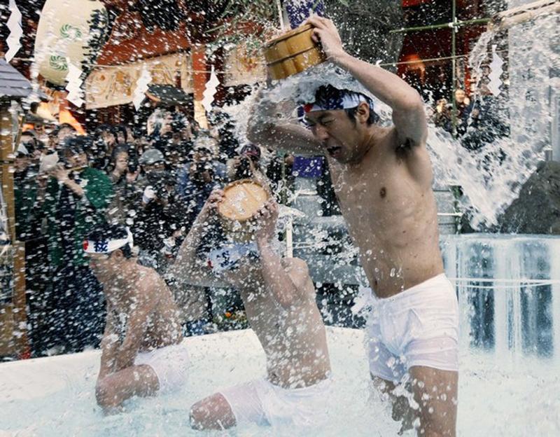 4) Верующие должны прочесть молитвы, а после этого завершить ритуал омовением в ледяной воде. (REUTERS/Kim Kyung-Hoon)