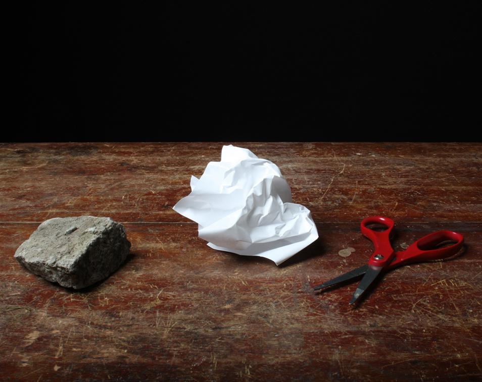7) Натюрморт с камнем, ножницами и бумагой. (© Justine Reyes)