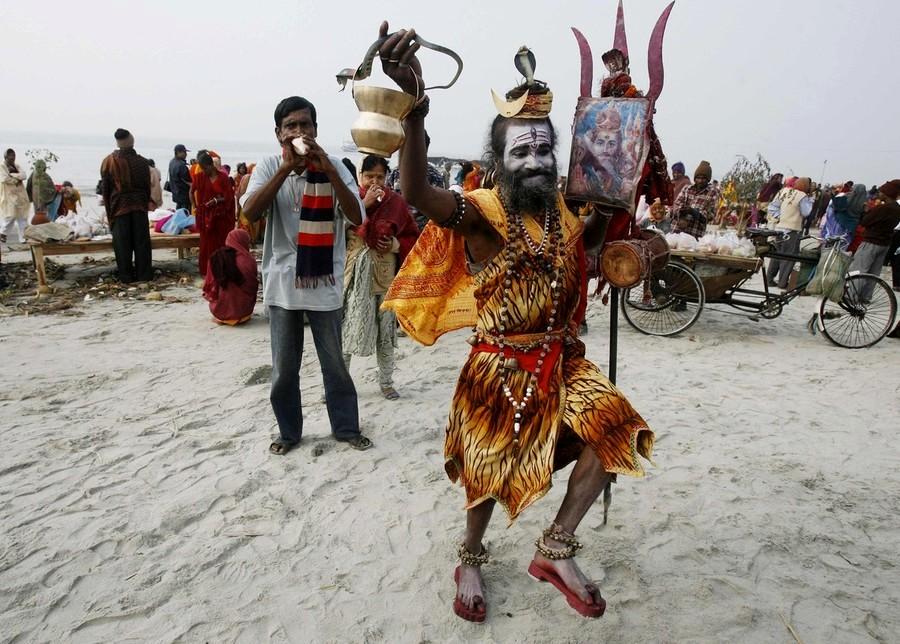 9) В этот раз вдоль берегов Священной Ганги Джи на территории около 40 км в длину собралось более 40 млн человек. Из них несколько млн только Садху. (REUTERS)