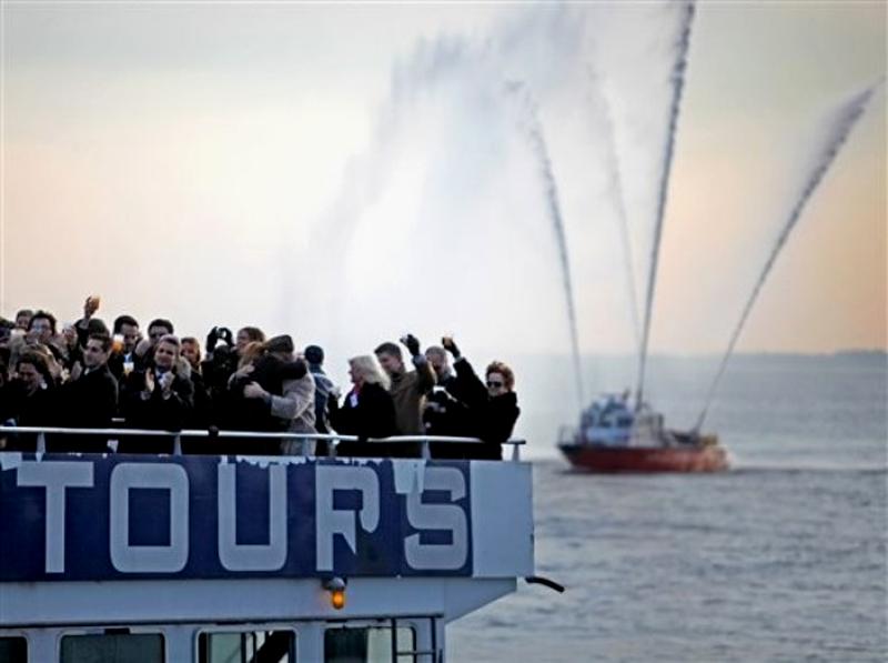 7) Пассажиры, члены экипажа и члены их семей отправились отметить на пароме годовщину инцидента. (AP Photo/David Goldman)