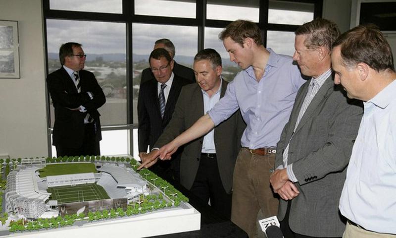 6) Архитектор Дэрил Магуайр (по центру) указывает принцу Великобритании Уильям (3 справа) о завершительном этапе застройки Eden Park. (REUTERS/John Selkirk/Pool)