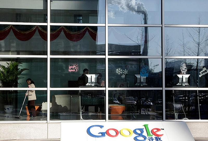 2) Крупнейший поисковик заявляет, что это связано с атакой китайских хакеров. (AP)