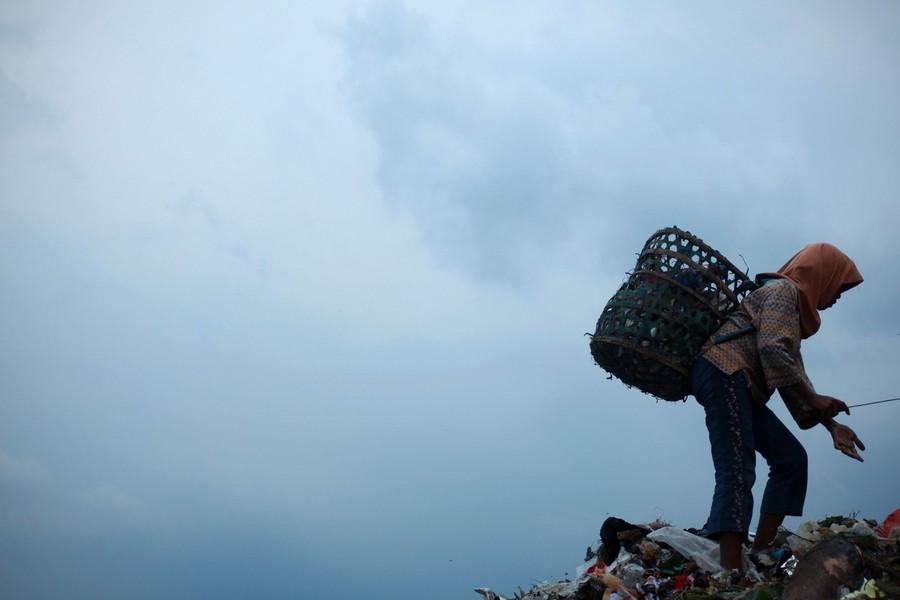 15) Свалка занимает площадь в 108 гектаров, а груды мусора здесь - высотой в десятки метров.