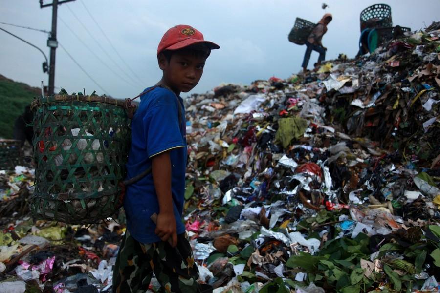"""10) Такая """"работа"""" на свалках мусора зачастую исключительно вредна для здоровья. В особенности для детского."""