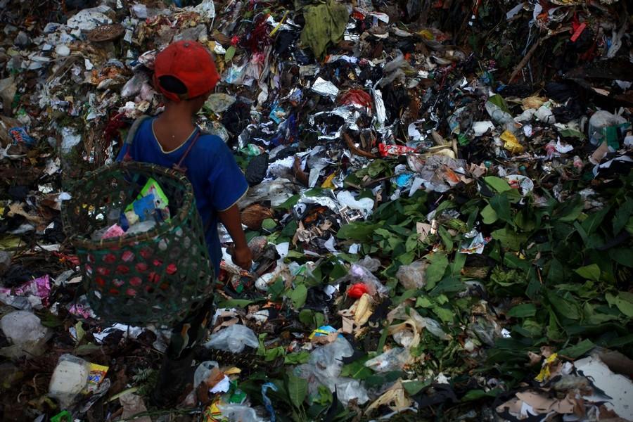 9) 8-летний Басир во время ежедневной работы по сортировке мусора.