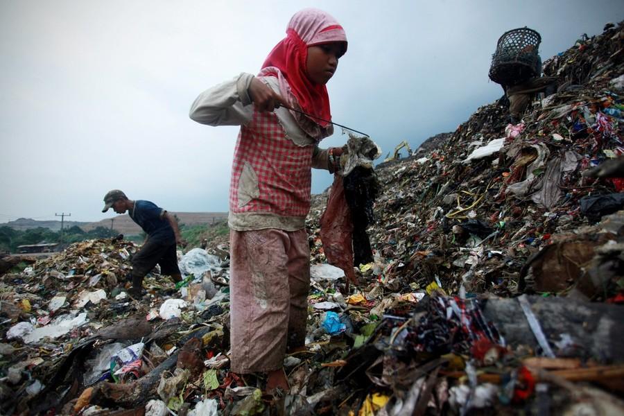 8) На огромной свалке постоянно стоит ужасная вонь, а люди, разбирающие мусор рискуют попасть под обвалы мусора - за год таким образом погибли 3 человека.