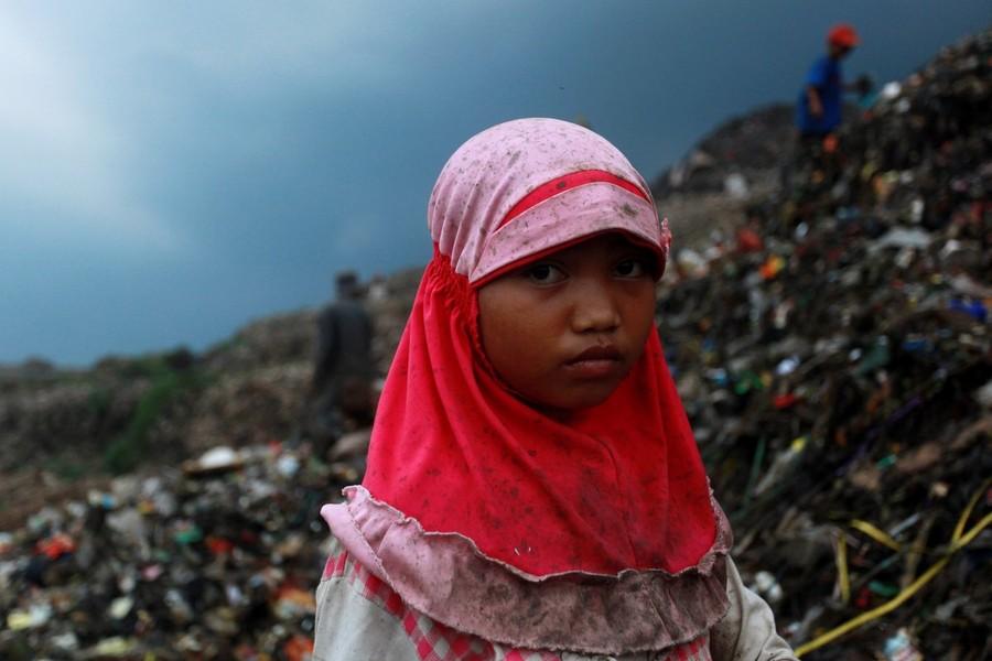 6) 9-летняя Арсинах вместе со своей семьей живет в небольшом поселении при свалке. Всего вокруг свалки площадью 108 гектар расположено три таких поселения, в которых проживают около 8 тысяч людей, включая семьи с маленькими детьми.