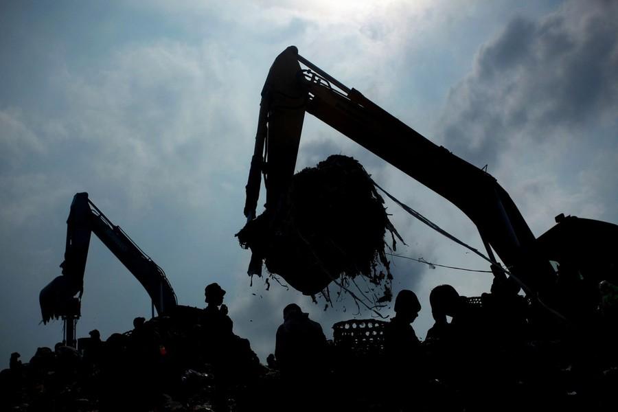 4) Свалка Бантар Гебанг - одно из самых крупных мест для сброса отходов в Индонезии. Ежедневно тут сбрасывается около 6 тысяч тонн мусора.